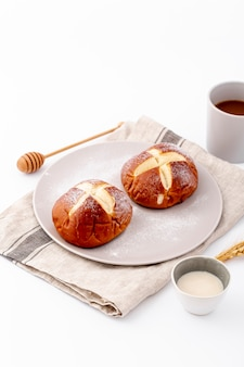 Nette brötchen und tasse kaffee der hohen ansicht auf stoff