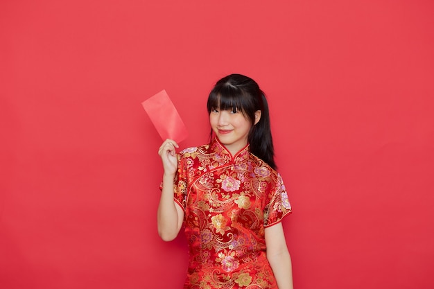Nette chinesische frau, die roten umschlag hält