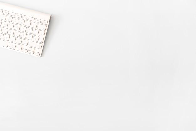 Nette computertastatur auf weiß