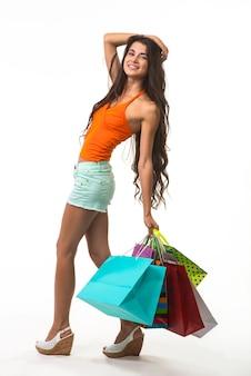 Nette dame beim einkaufen während saisonaler rabatte.