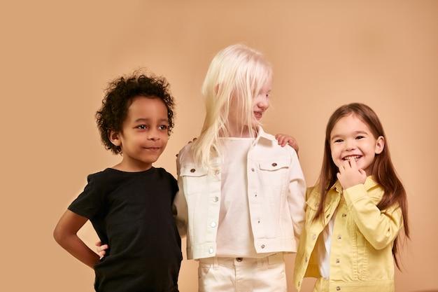 Nette entzückende verschiedene kinder lächeln zusammen isoliert