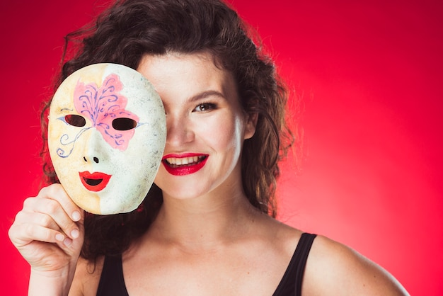 Nette erwachsene frau mit maske