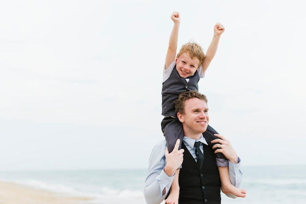 Nette familie an der strandhochzeitszeremonie
