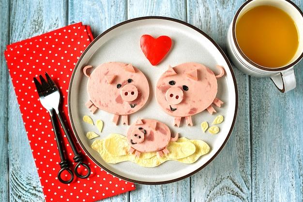 Nette familie der schweinefutter-kunstidee für kinderfrühstück.