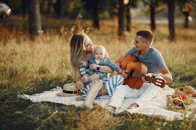 Nette familie, die auf einem herbstgebiet spielt