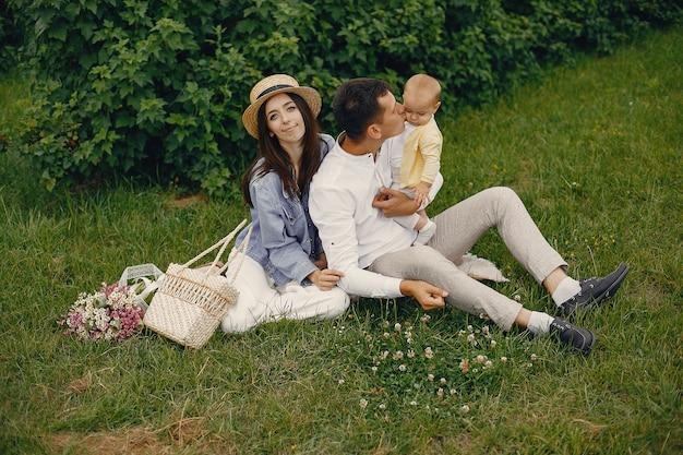 Nette familie, die auf einem sommergebiet spielt