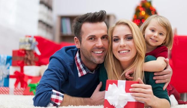 Nette familie, die in der weihnachtszeit entspannt