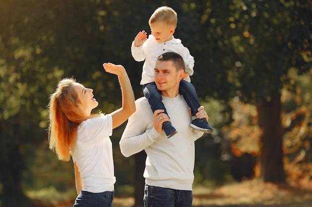 Nette familie, die in einem sommerfeld spielt