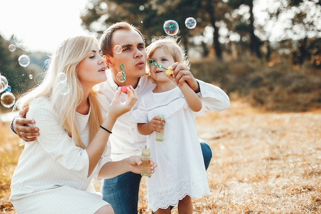 Nette familie, die in einem sommerpark spielt
