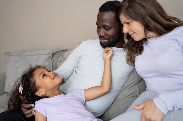 Nette familie, die zeit zusammen verbringt