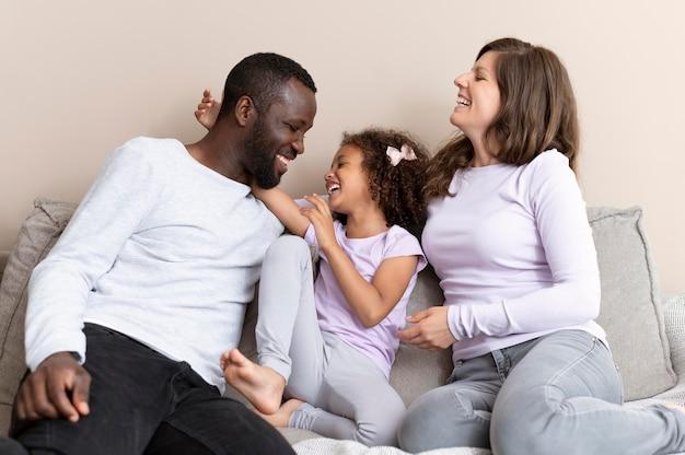 Nette familie, die zu hause eine schöne zeit miteinander verbringt
