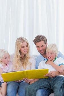 Nette familie, die zusammen eine geschichte liest