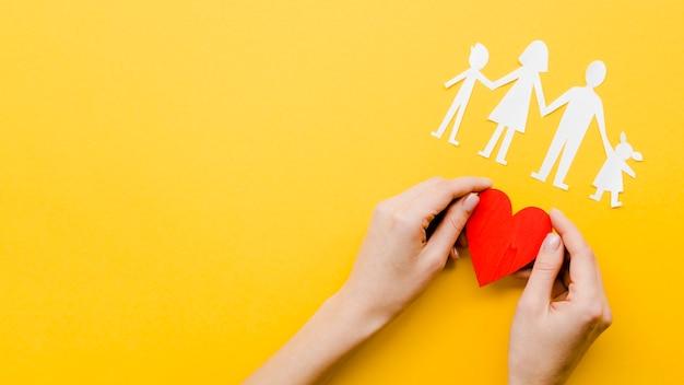 Nette familienkonzeptanordnung auf gelbem hintergrund mit kopienraum