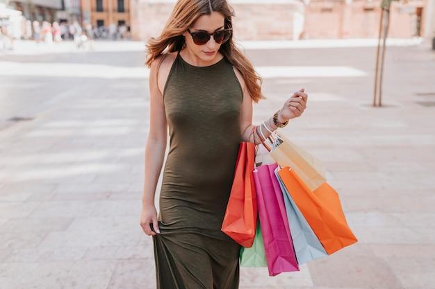Nette frau, die den einkaufstag genießt