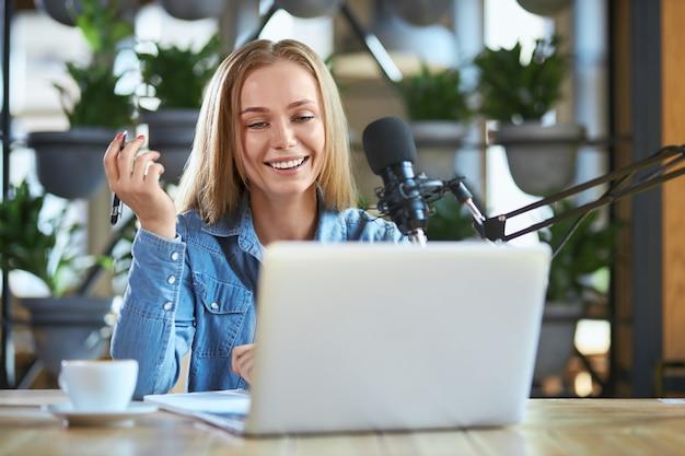 Nette frau, die einige informationen für hörer im radio erzählt