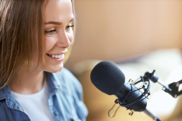 Nette frau, die im radio oder in der live-übertragung kommuniziert