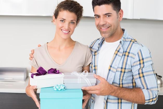 Nette frau, die viele geschenke von ihrem partner hält