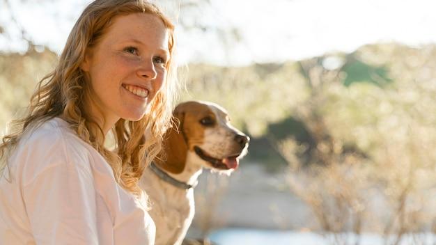 Nette frau und ihr hund in der natur