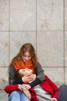 Nette frauen der vorderansicht zusammen in der liebe