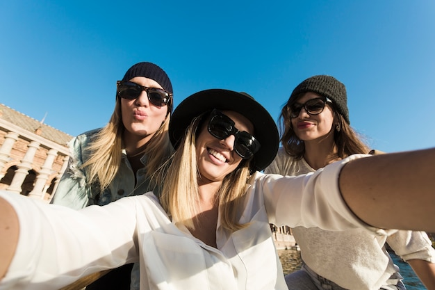 Nette frauen, die selfie während der reise nehmen