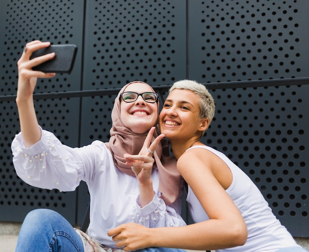 Nette freunde, die zusammen ein selfie nehmen