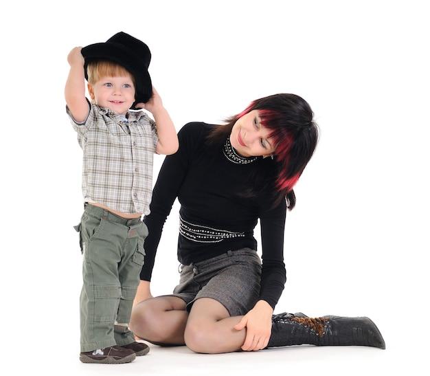 Nette fürsorgliche junge mutter spricht mit ihrem kleinen unbekannten kind. konzept der eltern-kind-kommunikation und kinderbetreuung. platz für werbung