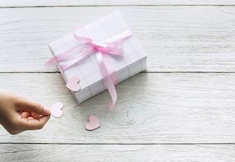 Nette Geschenkbox mit ausgeschnittenen Herzen