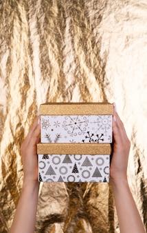 Nette geschenkboxen in der hand gehalten