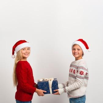 Nette geschwister, die geschenkkopienraum halten