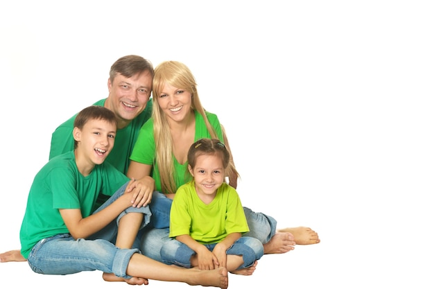 Nette glückliche familie auf weißem hintergrund