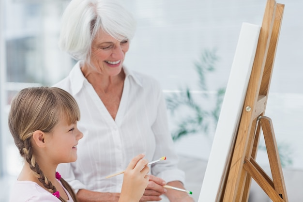 Nette großmutter und enkelin, die zusammen malen