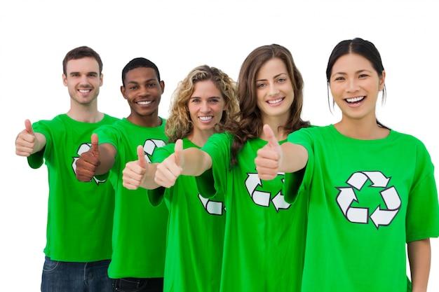 Nette gruppe klimaaktivisten, die daumen aufgeben