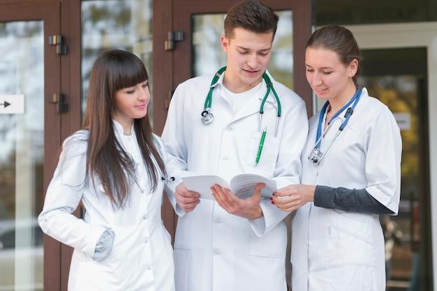 Nette gruppe von medizinern, die papiere lesen