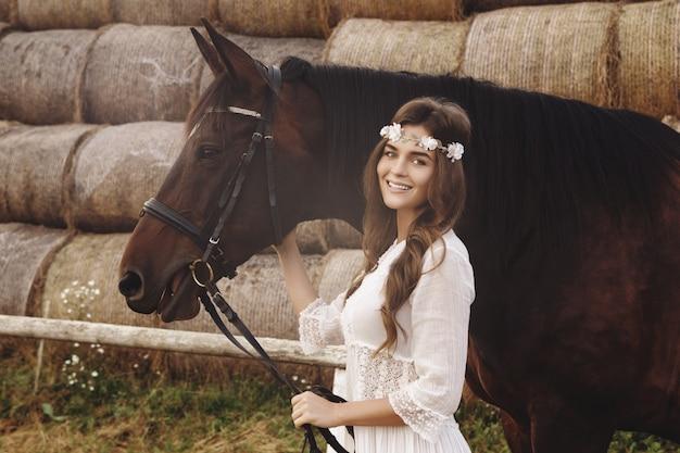 Nette junge frau und ihr schönes pferd