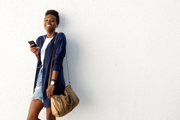 Nette junge schwarze städtische dame mit handy