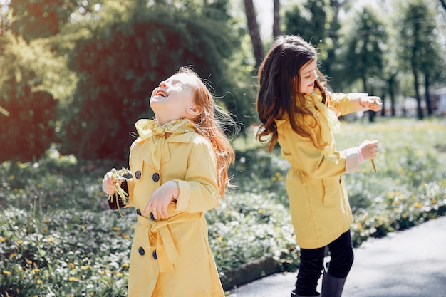 Nette kinder, die an einem regnerischen tag plaiyng sind