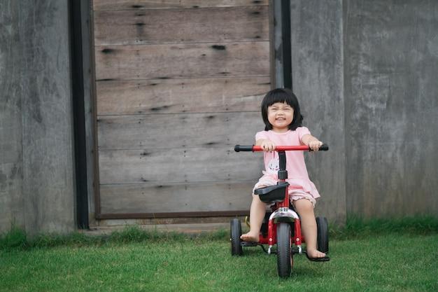 Nette kinder, die fahrrad fahren. kinder genießen eine fahrradtour.