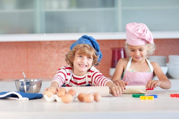 Nette kinder, die in einer küche backen