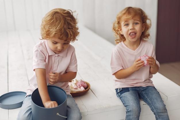 Nette kinder, die kekse zu hause essen