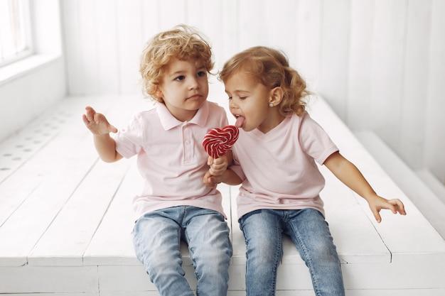 Nette kinder, die spaß mit süßigkeiten haben