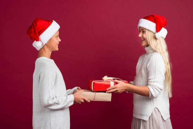 Nette kinder, die weihnachtsgeschenke halten