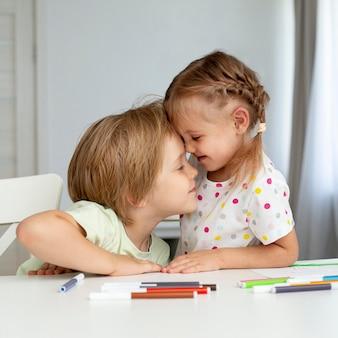 Nette kinder, die zu hause zeichnen