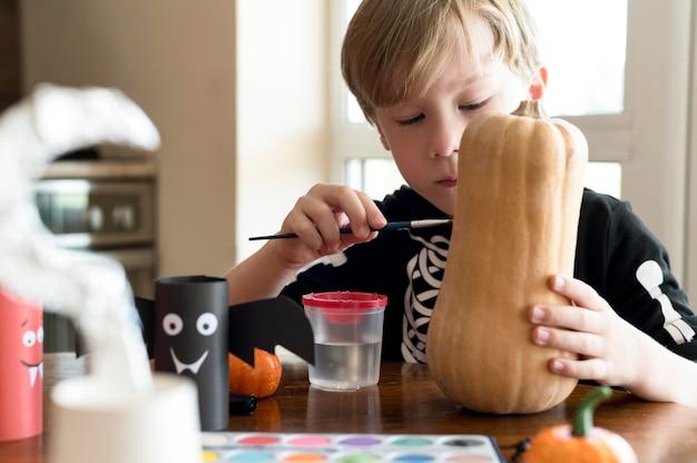 Nette kinder mit kürbis-halloween-konzept