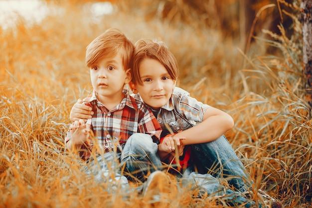 Nette kleine jungen, die in einem park spielen
