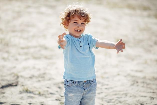 Nette kleine kinder, die auf einem sand spielen