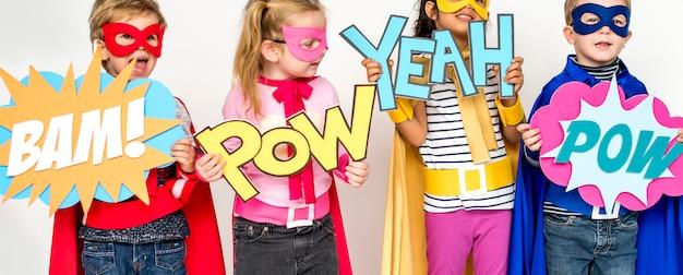 Nette kleine kinder, die superhelden spielen