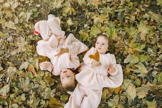 Nette kleine schwestern, die in einem frühlingspark spielen