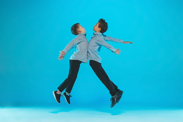 Nette lustige jungen, die springen und die bäuche stoßen