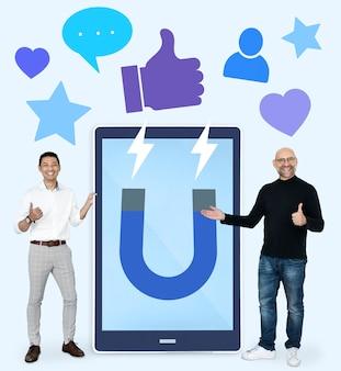 Nette männer mit dem anziehen von social media wie daumen herauf ikonen