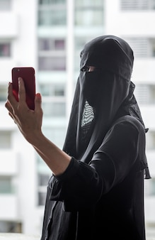 Nette marokkanische frau mit hijab.